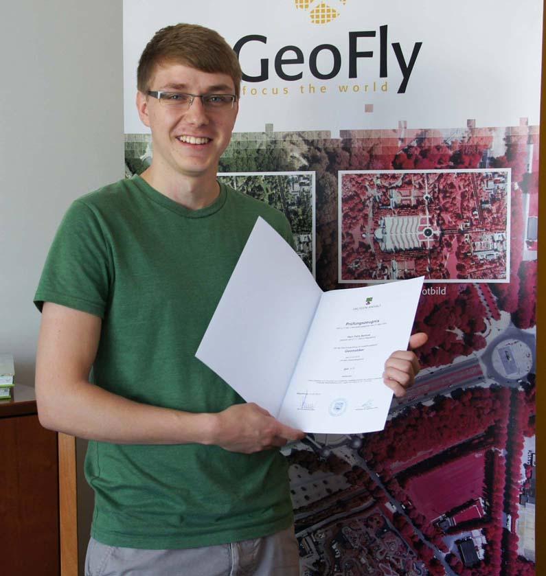 Felix Asmus freut sich über sein Abschlusszeugnis zum Geomatiker.